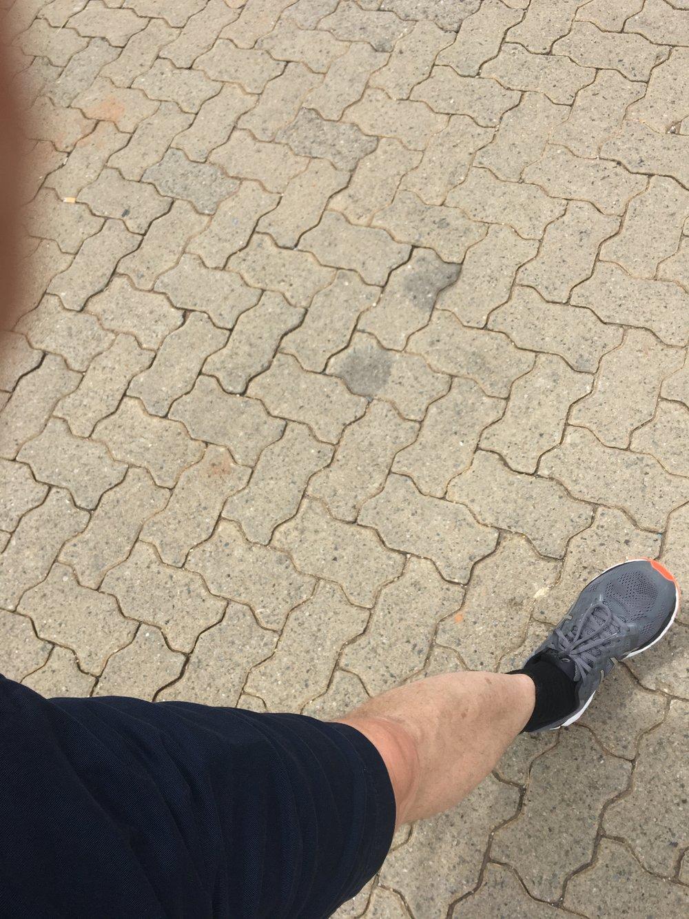 Vahinkokuva matkanjohtajan vasemmasta jalasta matkalla kohti vuokraamoa