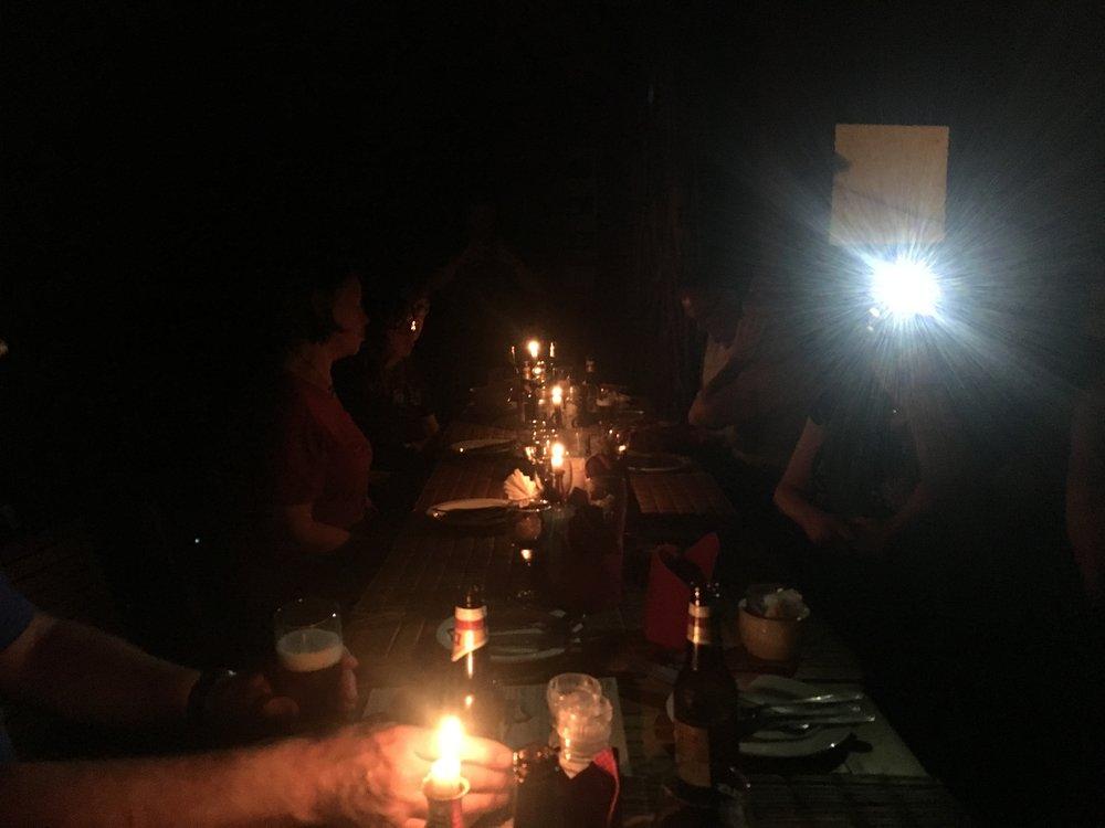Ukkonen otti meiltä hetkeksi sähköt pois kesken illallisen.