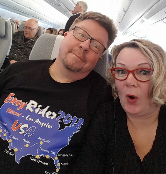 Loppu hyvin, kaikki hyvin. Läpeensä tarkastetetut Ilse ja Kaitsukin matkalla kohti Miamia - kyllä koneessa on mukavaa!