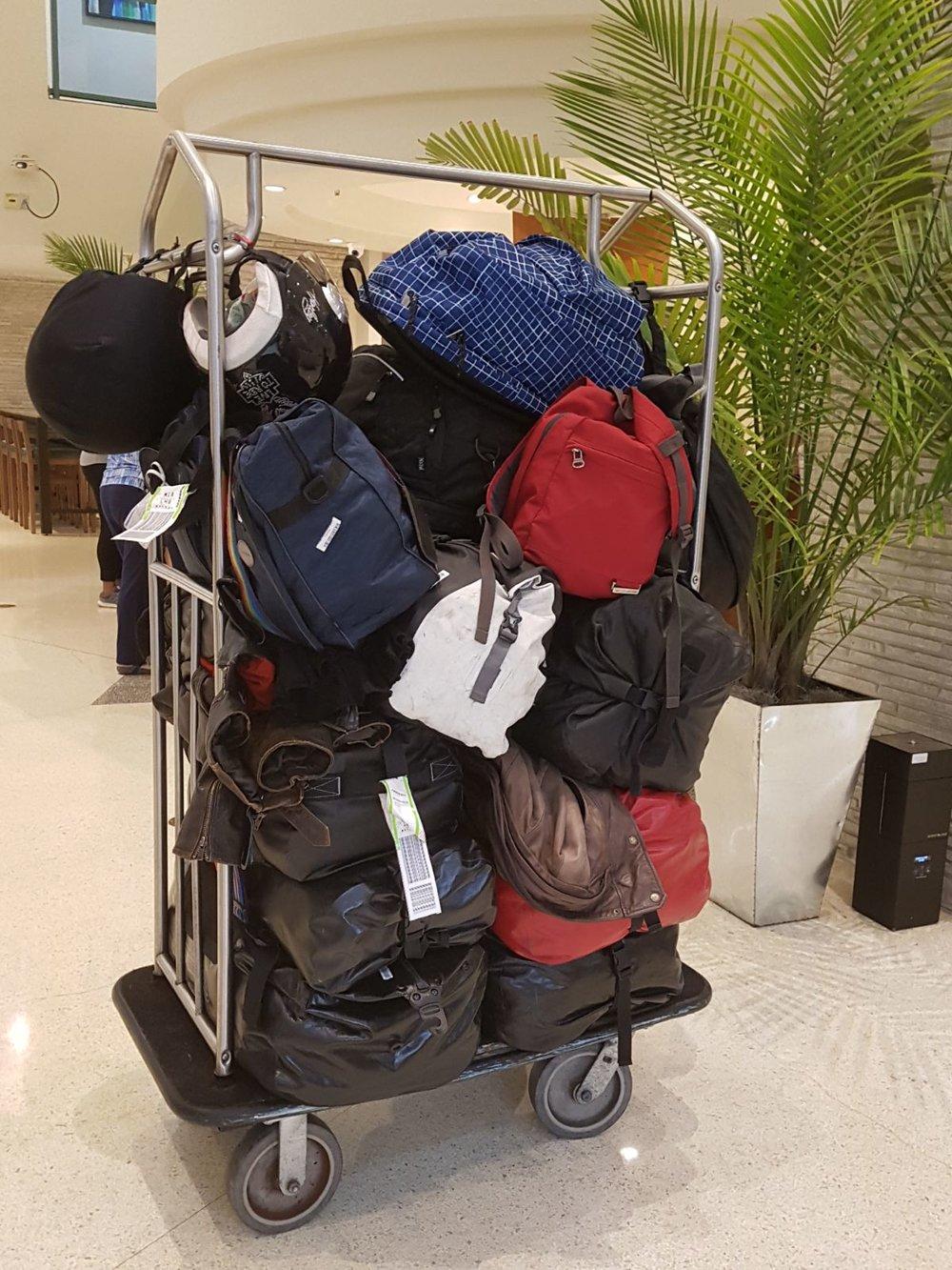 Motoristien käsimatkatavarat nipussa hotellin aulassa ;)