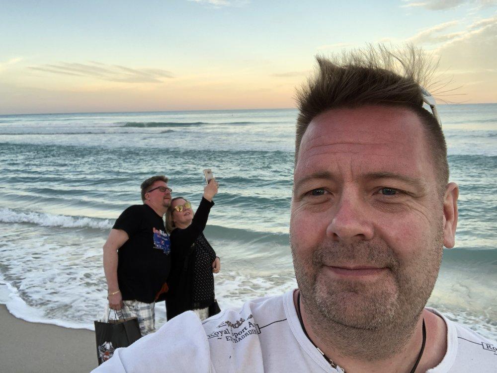 Paluumatkalla hotellille vielä käynti rantsussa. Uimassa ei näkynyt ketään, sen sijaan rannalla oli näitä nuoria pareja selfietä kuvaamassa ;)