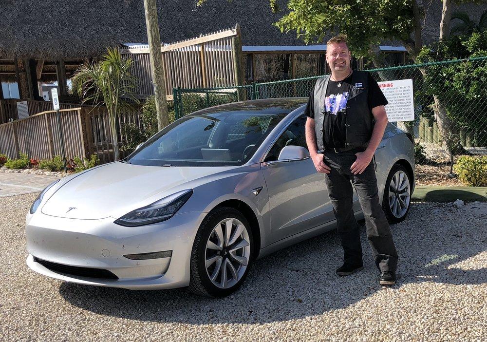 Matkalla pollattiin myös kohuttu Teslan Model 3, jonka saapumista Eurooppaan odotellaan. Mutta tällä reissulla ei liikuta sähköllä, vaan 93 oktaanisella bensiinillä ;)