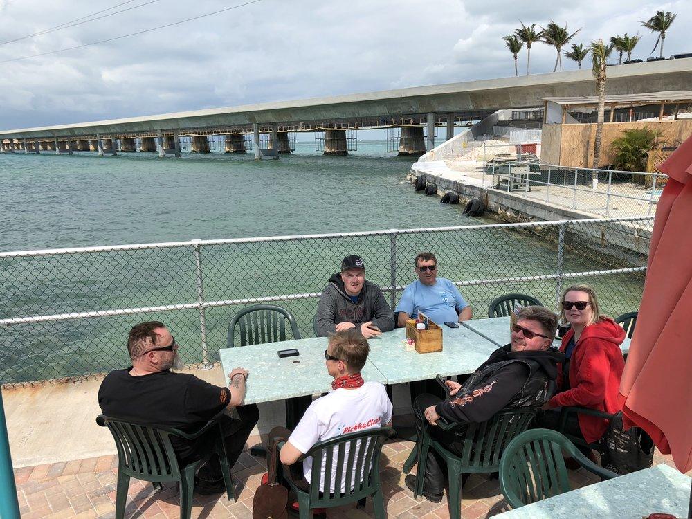 Ennen kuin jätetään Key Westiin johtavat hulppeat sillat taakse, pysähdytään vielä nauttimaan kupit kahvia Seven Mile Bridgen maisemissa.
