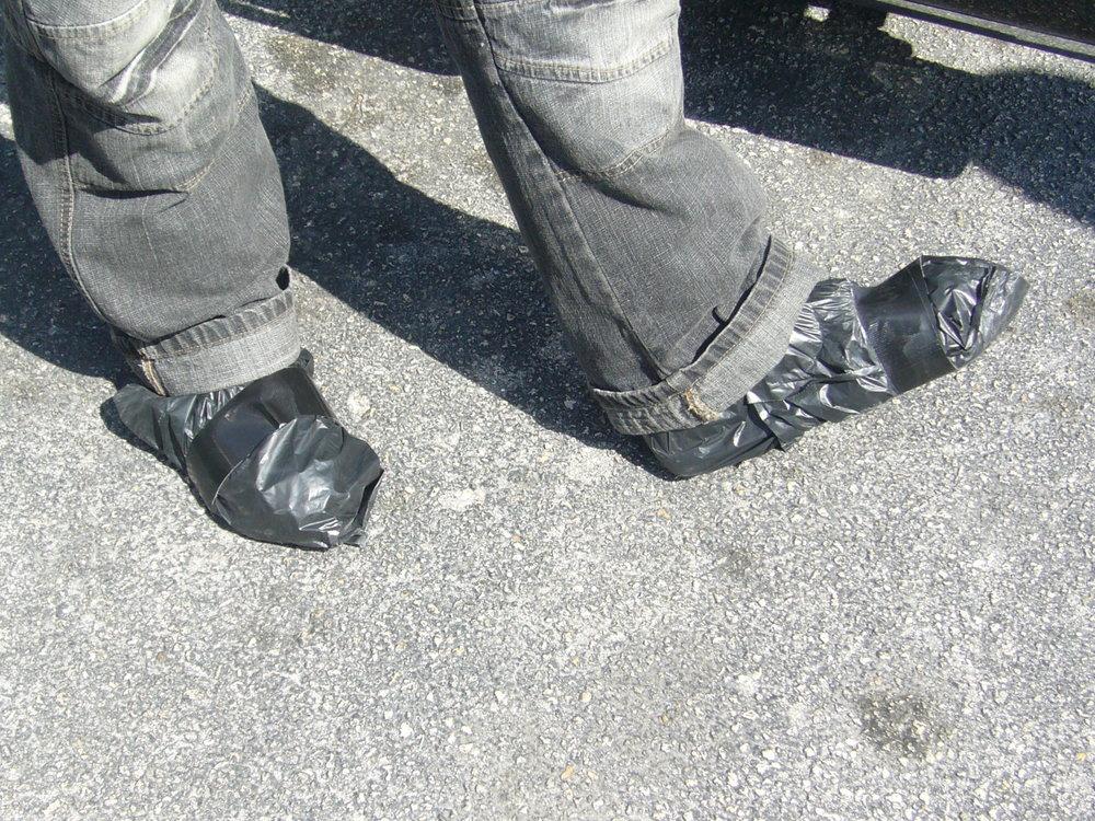 """Ulkona huitelee lähes 30 astetta lämmintä ja aurinko paistaa. Mutta hyvä se on siitä huolimatta laittaa suojat kenkiin! Vai onko nämä jo huomista enteilevät """"tein ite - pelkkää säästöä"""" avaruuskengät?"""