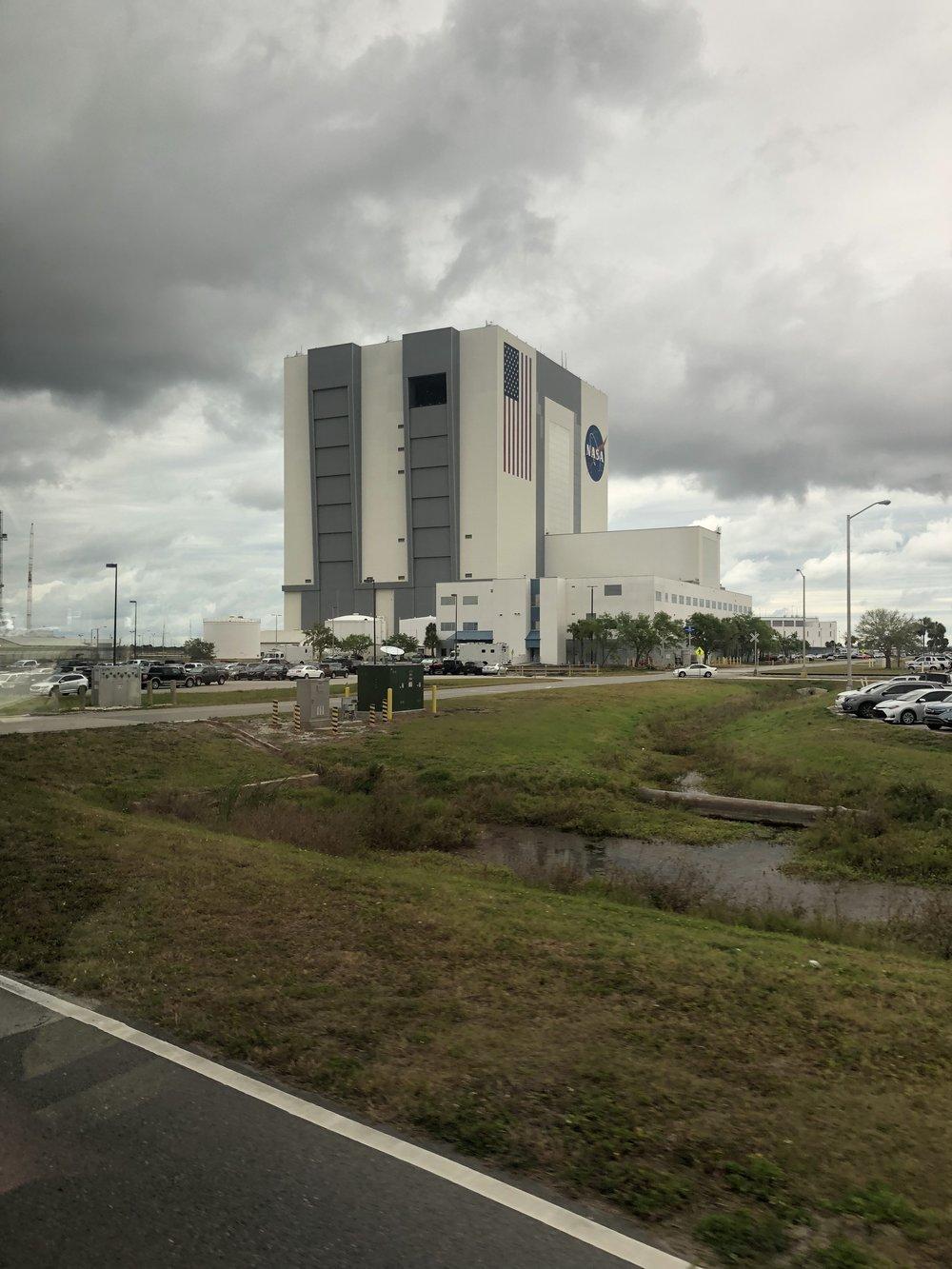 """NASA:n rakennus, jossa """"avaruusalukset"""" tehdään. Kuvassa näkyvät kaksi korkeaa ovea ovat tiettävästi maailman suurimmat ovet, ja niiden aukeaminen kestää 35 minuuttia."""