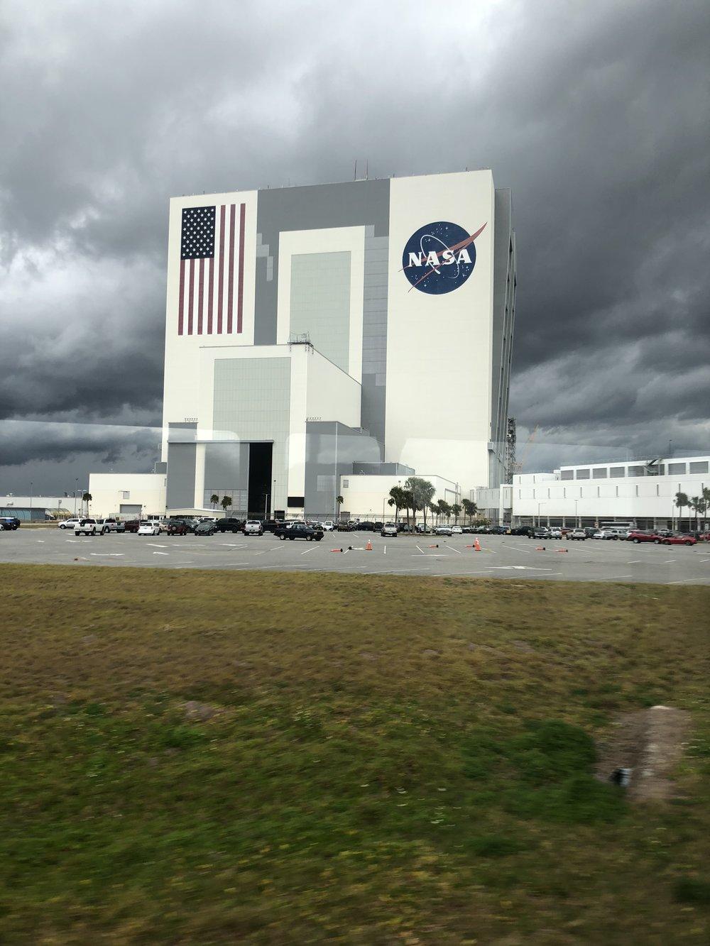 NASA:n rakennus toisesta kulmasta. USA:n lipun sininen alue on yhden Rugby-kentän suuruinen!