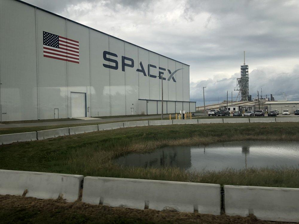 Ja ehkä se mielenkiintoisin kohde bussimatkalla, eli Elon Muskin SpaceX. Tästä laukaistiin 6.2.2018  Falcon Heavy -kantoraketti , joka lähetti Tesla Roadsterin kohti Marssia!