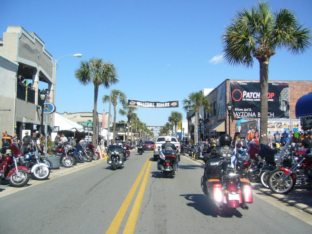 Saavumme Daytona Beachille koleman jälkeen iltapäivästä, ja meno alkaa Main Streetillä yltymään. Ryhmämme lipuu pääkadun läpi Suomen liput korkelalla!