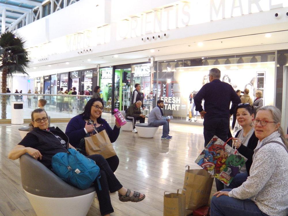 Päivän päätteeksi shoppailtiin, vielä vähän lisää, massiivisessa Miramarin kauppakeskuksessa. Jokainen löysi jotain kivaa.