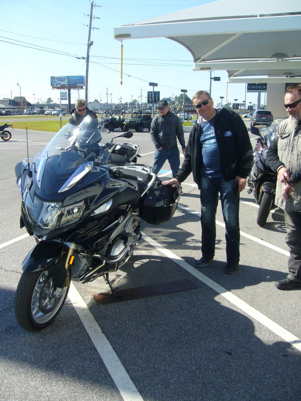 Voi sitä hymyn määrää Harryn kasvoilla! Täällä on moottoripyörä! Huomatkaa Jarmon hiukan kadehtiva katse.
