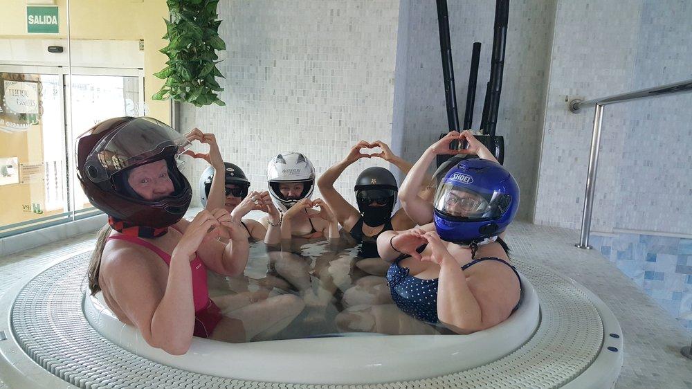 Sateen sattuessa... SPA:ssa. Ei nämä tytöt vettä pelkää!