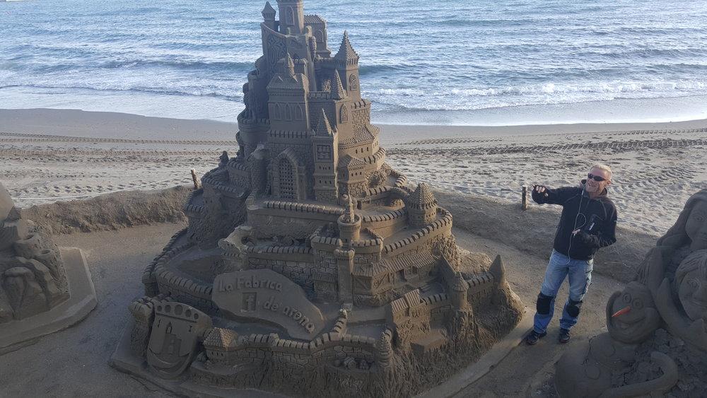Marbellan rannan hiekkataiteilija.