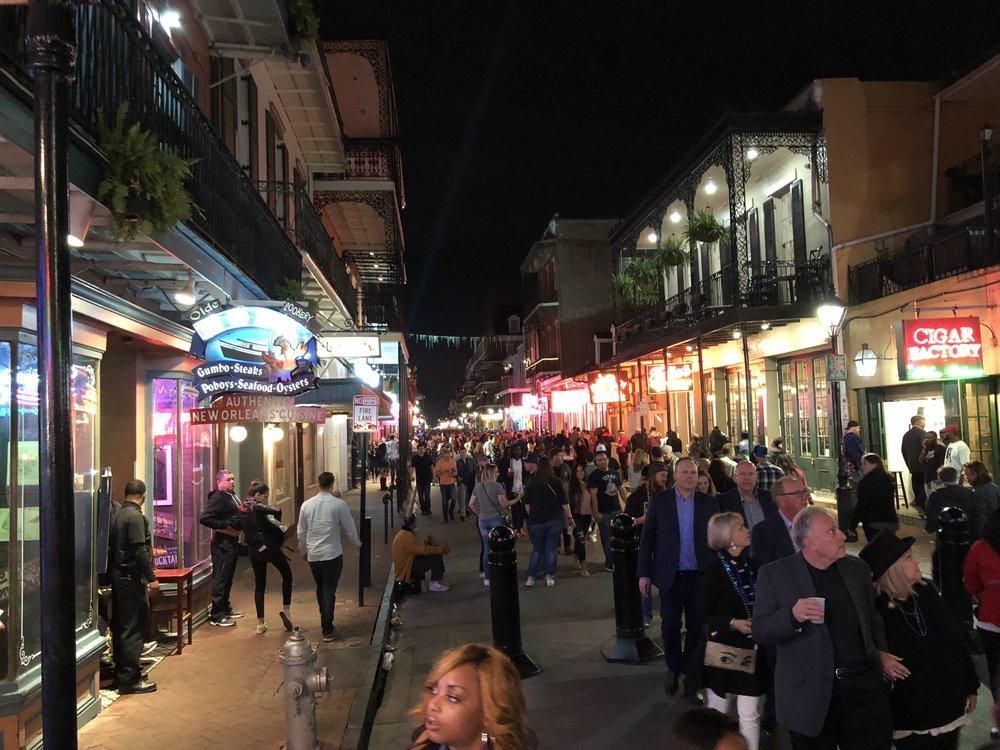Bourbon Street. Ajotie muuttui iltaa kohti kävelykaduksi, tunnelma oli korkealla!