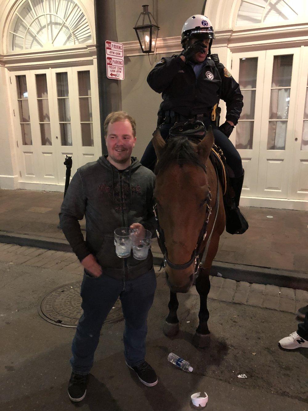 New Orleans Police Department valvoi menoa ainakin yhdellä hevosvoimalla!