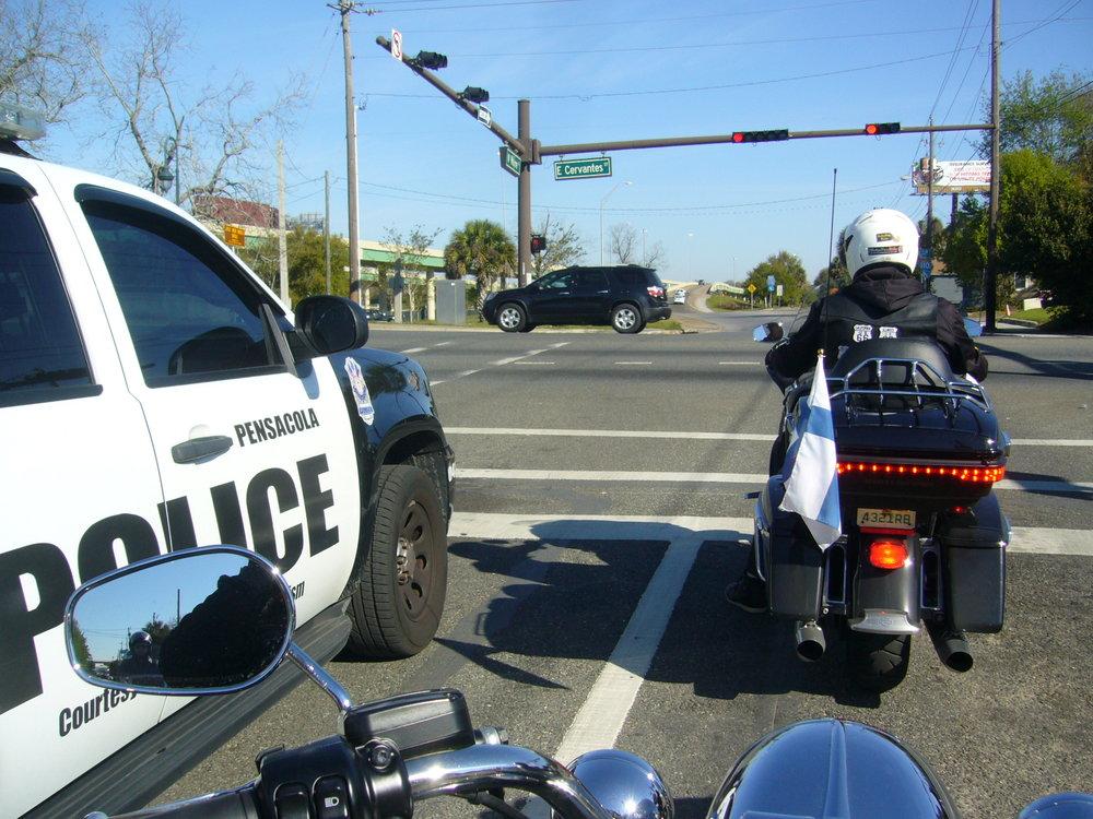 Poliisisaattueessa.