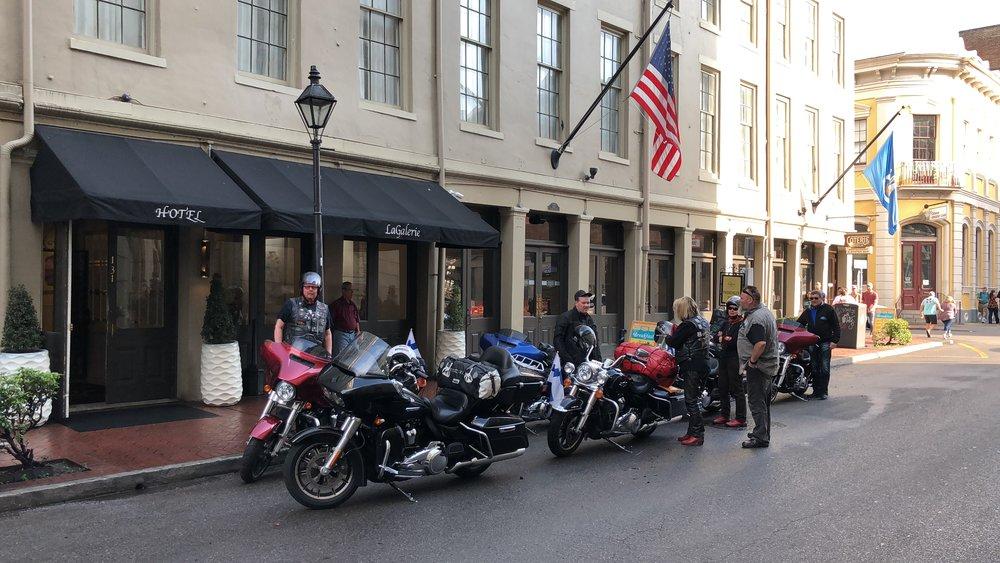 Pyörien pakkaus hotellin edessä ja matkaan.