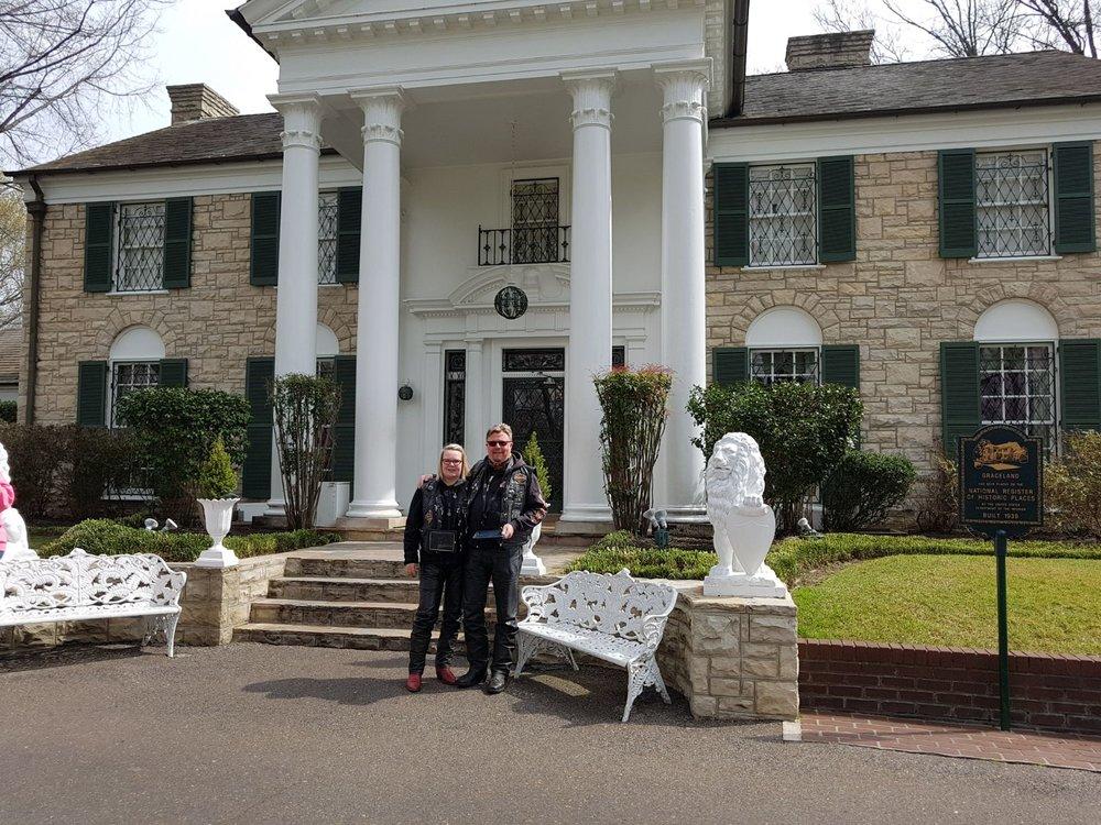 Tässä toivotti muutama kymmenen vuotta siten Elvis vieraansa tervetulleiksi.  Talo oli sisältä 60- ja 70-lukujen mukaisesti sisustettu (selaa kuvia alla).