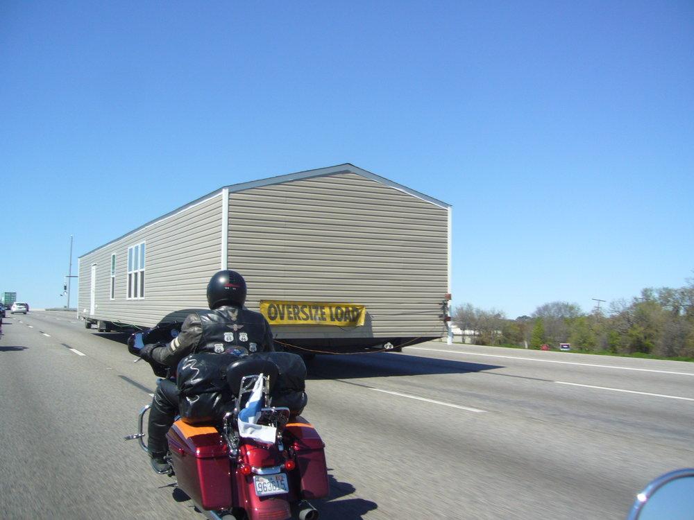 Tässä kohtaa piti hieraista silmiä. Edessä motarilla menee omakotitalo, ja mittari näyttää vajaa 75 mph...