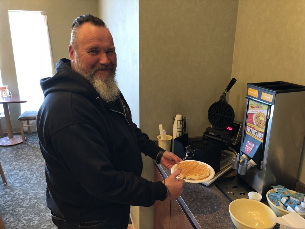 Hotellin aamupalalla, Jarmo treenaa vohveleiden valmistusta. Ei paha ensikertalaiseksi!