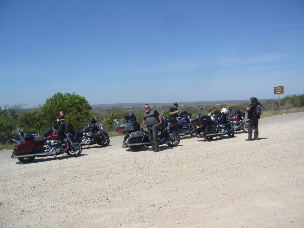 Takana ehkä mailin päässä kulkee Rio Grande -jokiuoma, ja sen takana Meksiko.