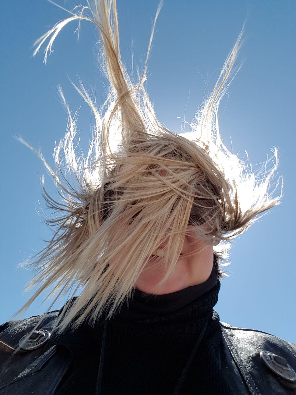 Päivä oli kohtuullisen tuulinen tasangoilla, meinasi Ilsenkin hiuslakka pettää ;)