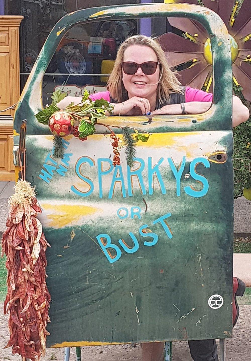 Tauko Hatchissa. Paikallinen kuuluisuus keskellä ei niin yhtään mitään, Sparkys BBQ, on niin täynnä että ihmisiä jonottaa pitkälle ravintolan ulkopuolelle. Jätämme tämän kokemuksen väliin ;)
