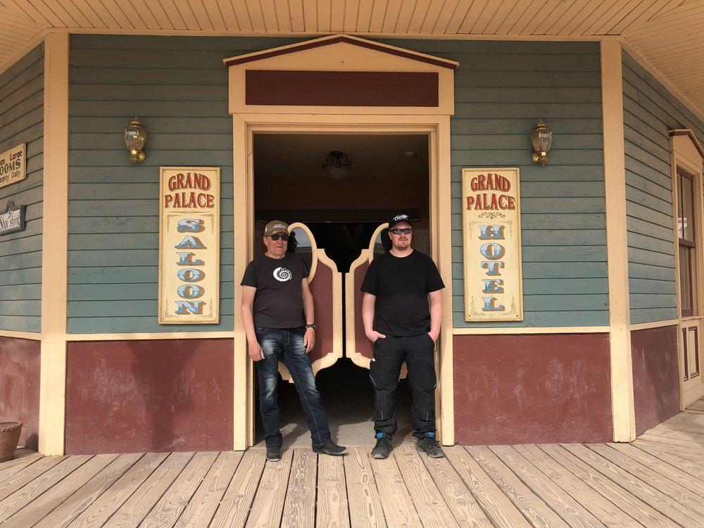 Harry ja Jalmari pokehommissa saluunan ovilla. Nämä ovet ovat tutut monesta länkkäristä!