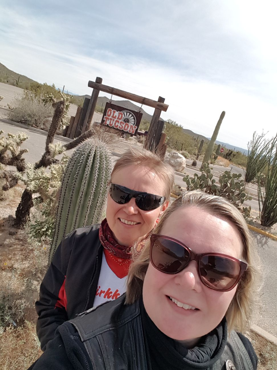 Ilse ja Vuokko Old Tucsonin porteilla.