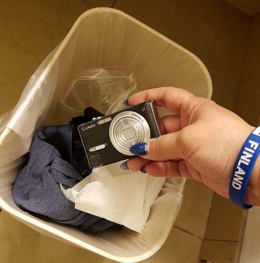 Ai niin. RIP Ilsen kamera, lepää rauhassa roskiksessa Kaitsun kalsareiden vieressä. Liian rankka reissu Lumixille, liekö ollut White Sands joka lopulta oli se viimeinen niitti ;)