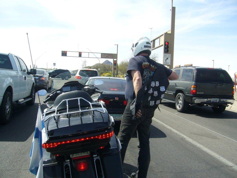 Ennen Old Tucsonia ilma lämpeni sen verran, että vaatetusta vähennettiin liikennevaloissa.