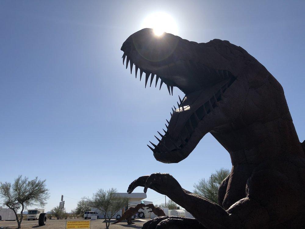 Paikallista taidetta haukottelemassa Arizonan auringossa.