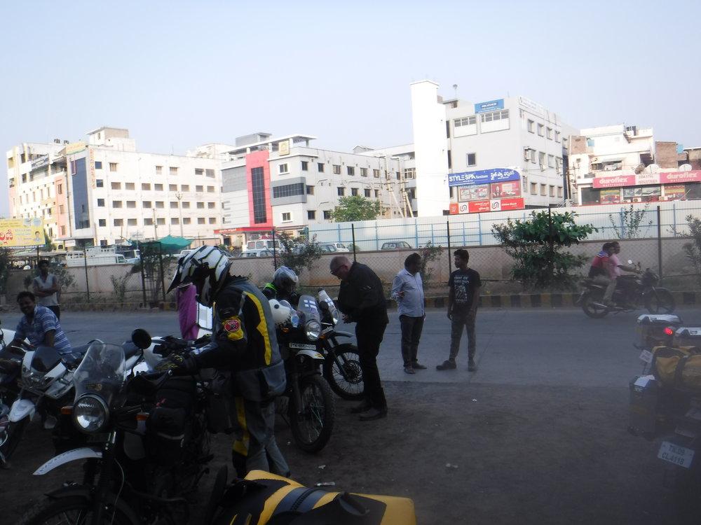 Aamulla hotellin edessä. Oli kerjäläistä ja joku lehimieskin paikalla ottamassa kuvia ja kyseli meidän nimiä, eli jossain lehdessä on varmaan juttu meistä hindiksi ja nimet mitä sattuu :)