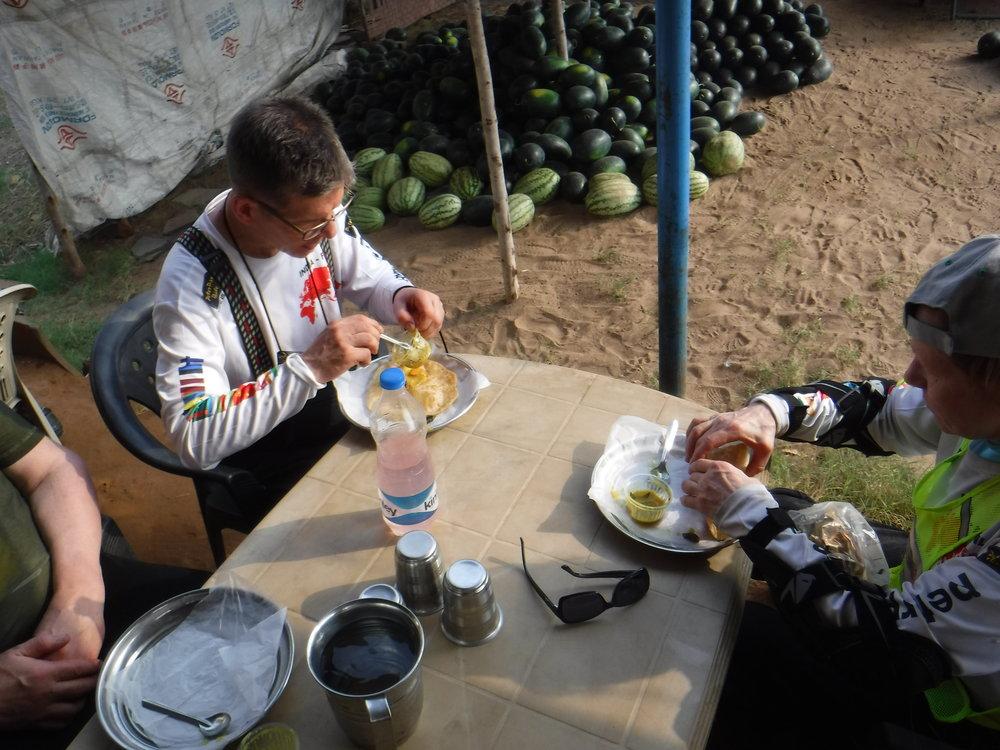Aamiaisella. Leipää, linssiä, teetä ja viereisestä kojusta vesimelonia.