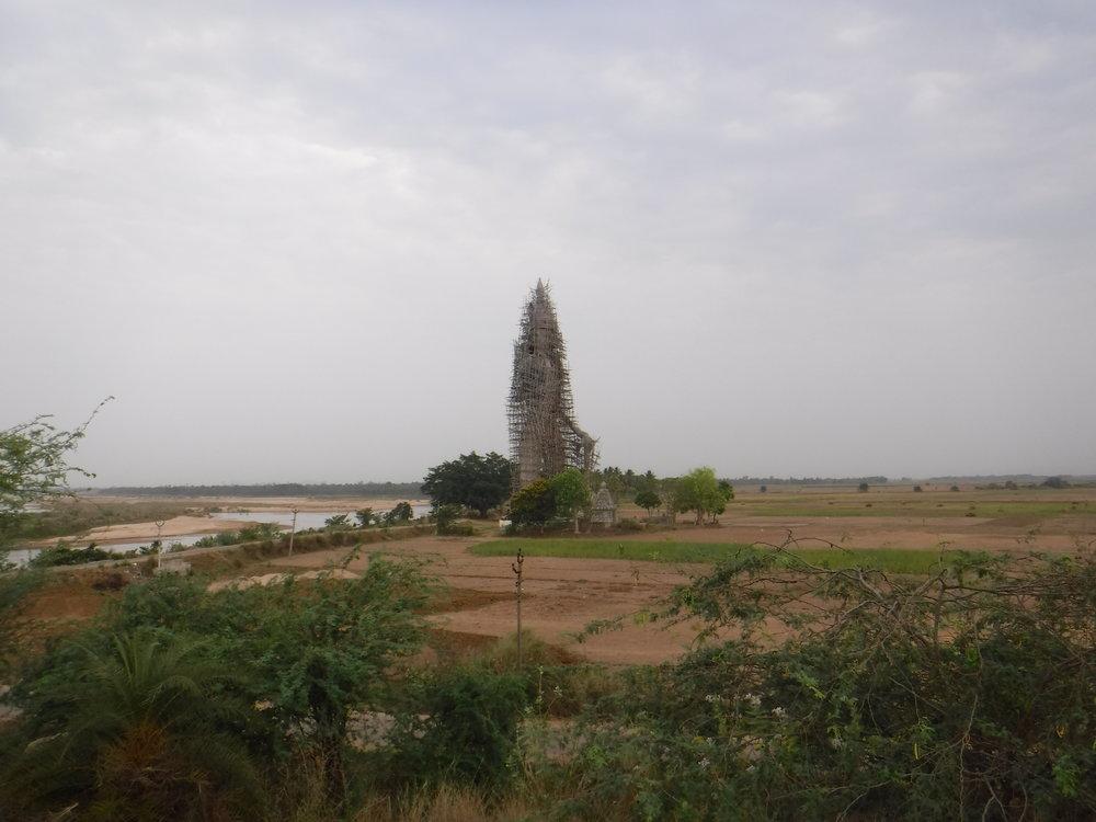 Uskonto on tärkeää. Tuo valmisteilla oleva jättipatsas keskellä peltoa on arviolta noin 2,5-3 kerrostalon kokoinen (5 krs)