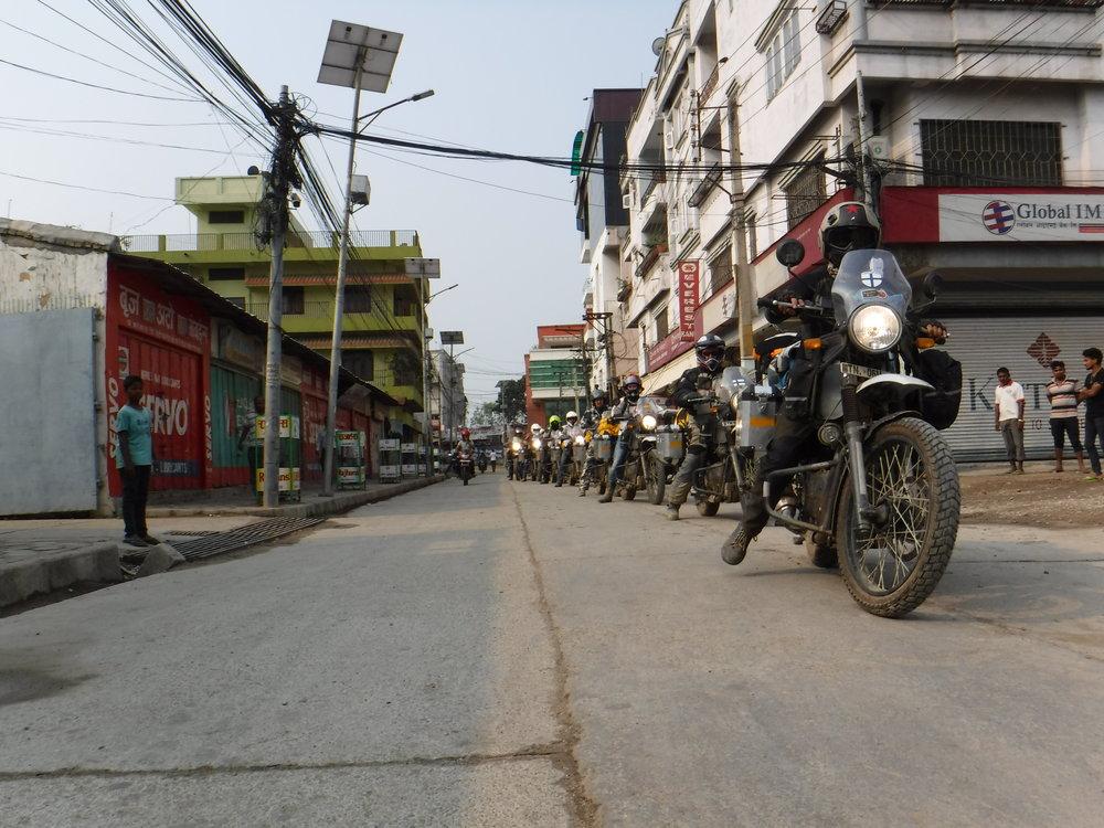 Pääryhmä matkalle kohti Kathmandua
