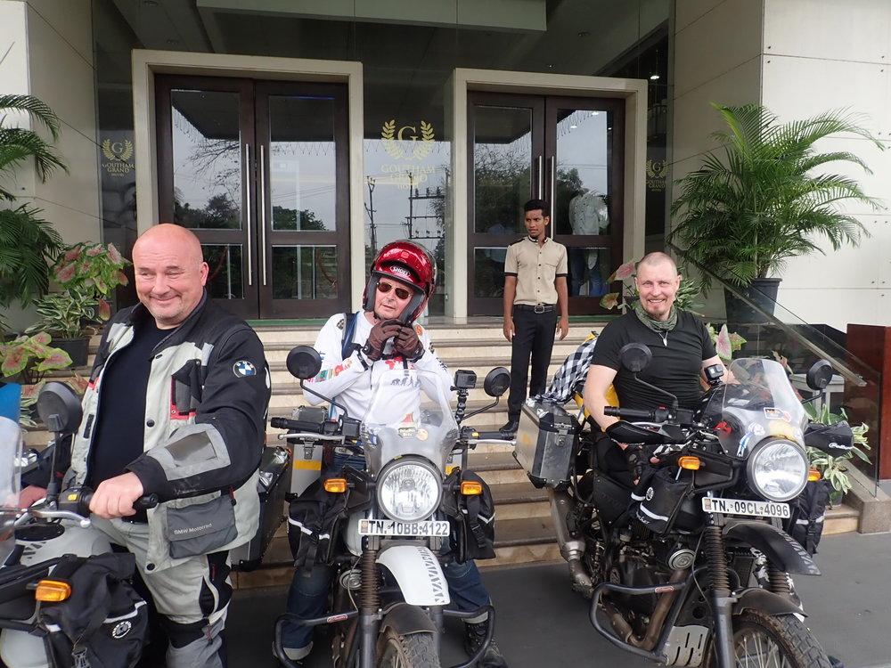 Kalevi, Olli ja Jari valmiina lähtöön. Hotellista Checkouti onnistuu suoraan pyörän päältä.