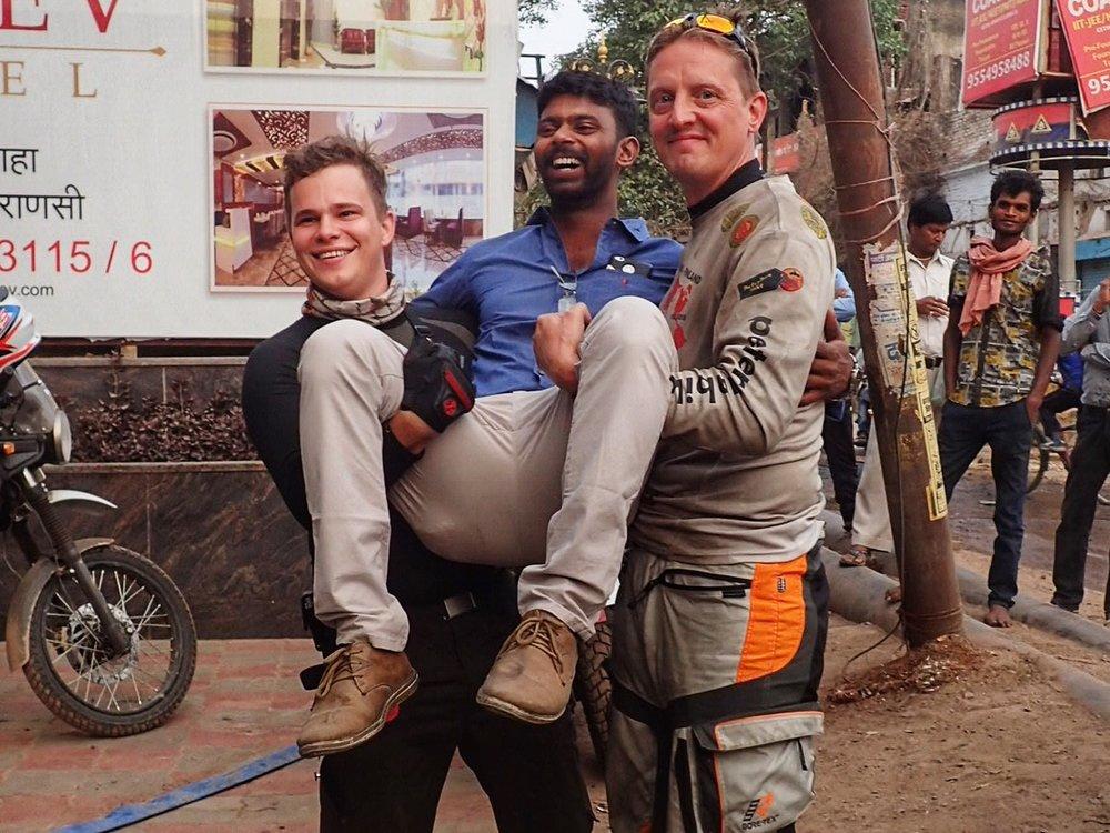 Luottomekaanikomme Franklin on ajanut Ilkkan pyörän Chennaista Varanasiin ja nyt oli aika sanoa Namaste hänelle. Hienoa työtä on kaveri tehnyt ja palkkansa myös ansainnut. Varasin hänelle eilen lennon suoraan kotikaupunkiin Tiruchirapalliin. Franklin ei ole koskaan ennen lentänyt koneella ja oli asiasta erittäin innostunut :)