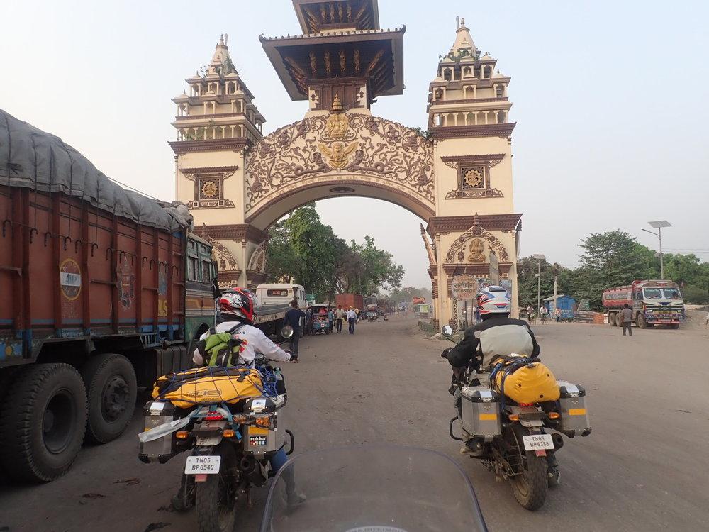 Shankaracharyan portti - Toisella puolella alkaa Nepal.