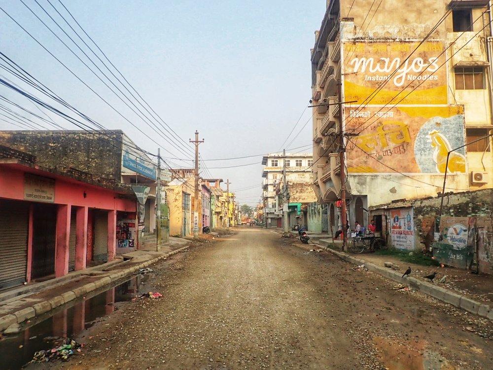 Kadut Nepalin rajakaupungissa klo 06.00. Vaikka Intiaan on vajat 5 kilometriä, niin jotenkin väenpaljous on taakse jäännyttä historiaa. Muutenkin koko tunnelma muuttui samantien kun siirrettiin Nepaliin. Olutta saa joka paikassa, roskia ei näy kaduilla niin paljon ja jopa liikennekulttuuri on hieman rauhallisempi.