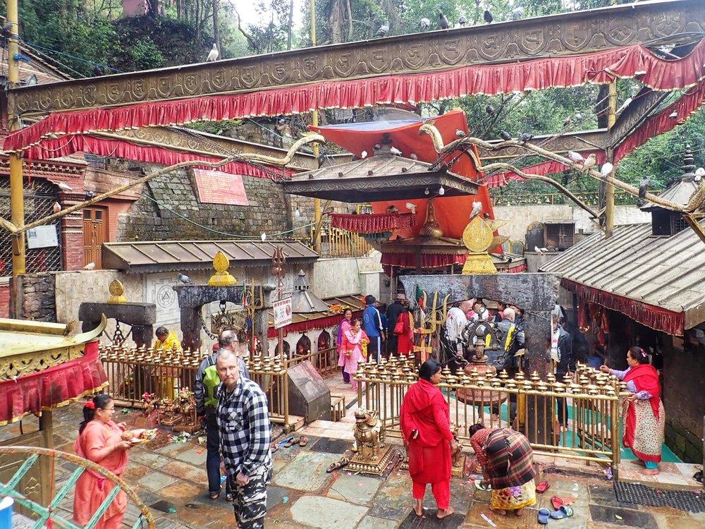 parikymmentä kilometriä Kathmandun ulkopuolella sijaitsee mielenkiintoinen Dakshinkalin temppeli. Tämä paikka on omistettu Kali jumalattarelle, hänet tunnetaan myös tuhon jumalattarena! Portin alttarilla uhrieläimien veri virtaa pitkin päivää Kalin kunniaksi.