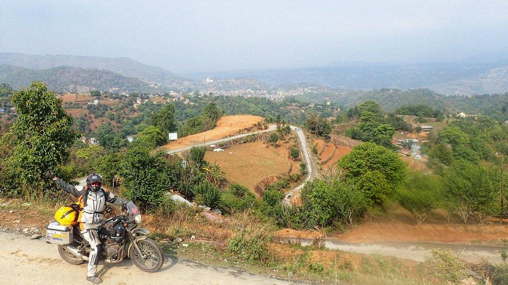 Kathmandun seutu on erittäinekin vuoristoinen. Tiet pääsääntöisesti hyvässä kunnossa ja liikennettä hyvin vähän - ajonautinto kohdallaan. Etenkin Intian jälkeen.