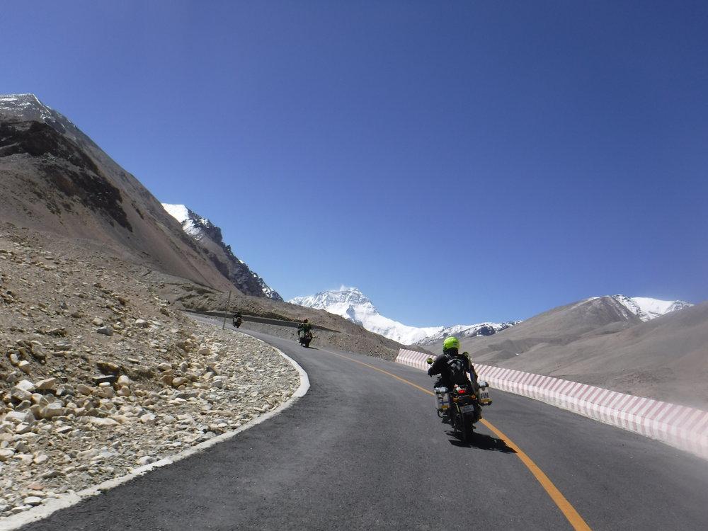 Sitten hyvää asfalttia ja taustalla Himalajan kasitonnisia :)