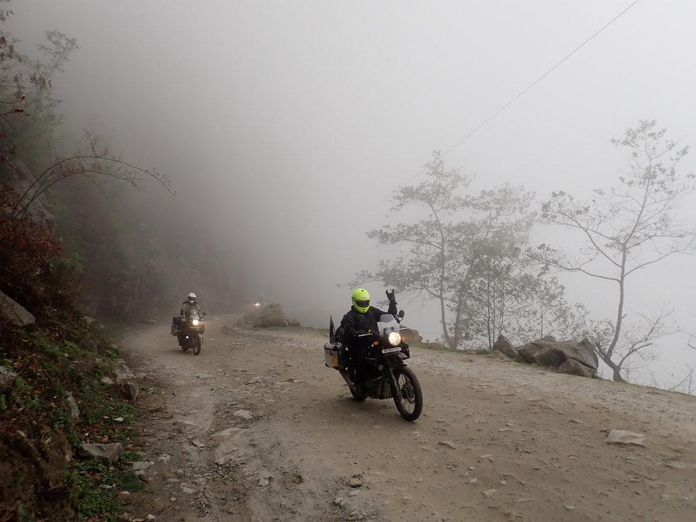 Bidurin jälkeen tie on seuraavat 50 kilometriä hyvässä kunnossa, mutta sitten alkaa perinteinen jo tutuksi tullut (kuvassa) Nepalilaatu.