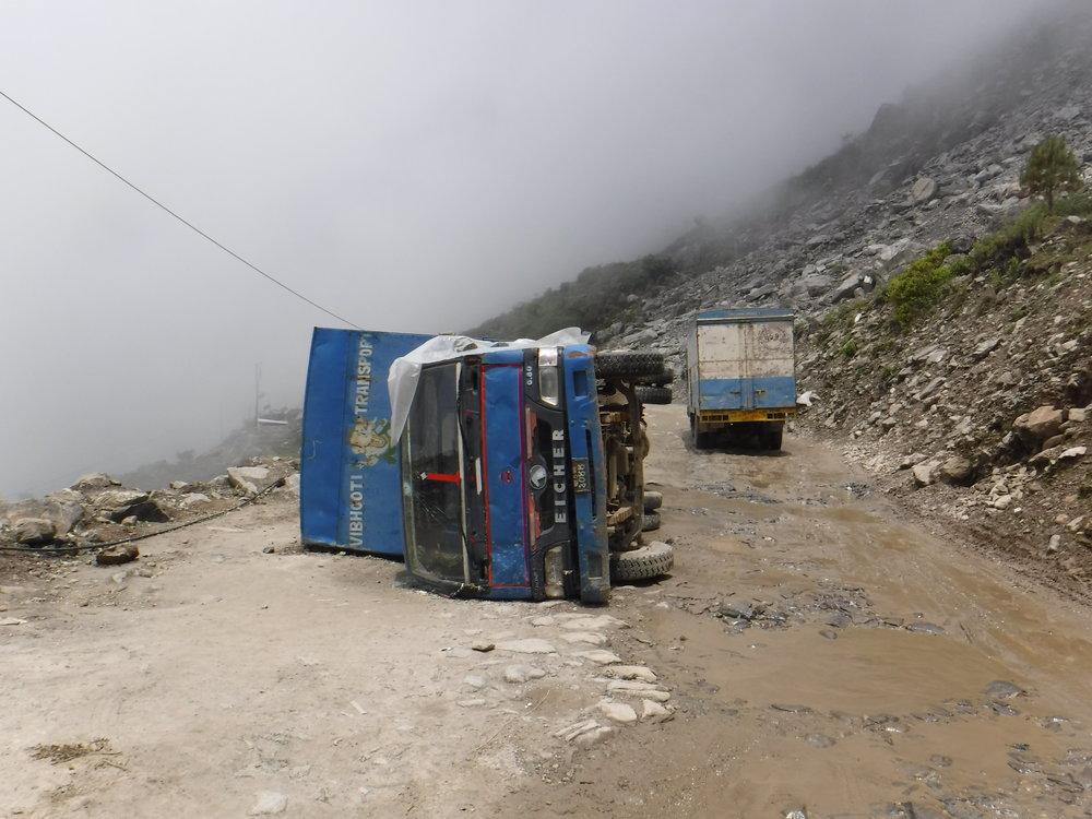 Liikennettä loppujen lopuksi Kiinan ja Nepalin välillä yllättävän vähän. Pääsääntöisesti kuormaautoja ja muutama mopedi. Siellä sun täällä näkyy huolimattoman kuskin jälkiä...