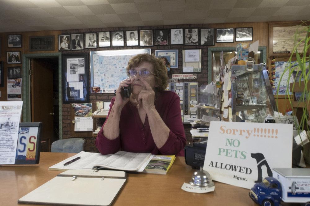 Ramona tilaamassa pitsaa. Tässä toimistossa on tuoksusta päätellen palanut muutama toppa tupakka.