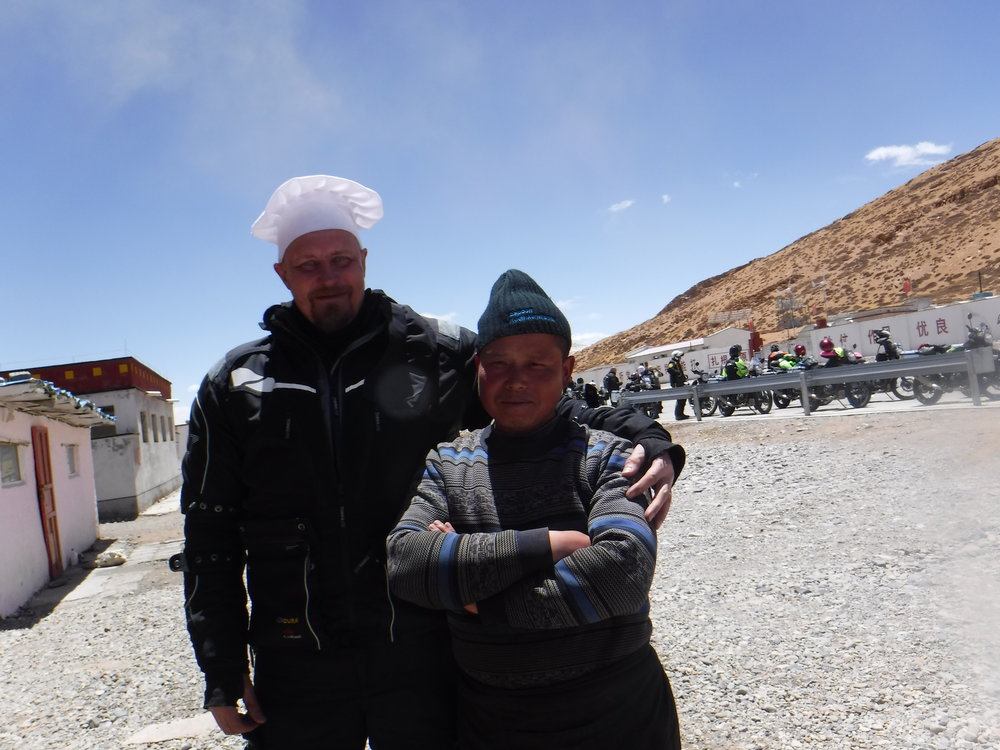 Jari sai olla hetken Tiibetiläinen kokki.