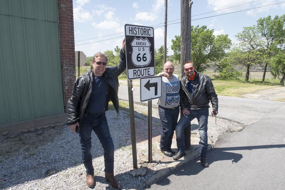 Timo, Hannu ja Sami kaverit Karvialta saapuivat Kansasiin.