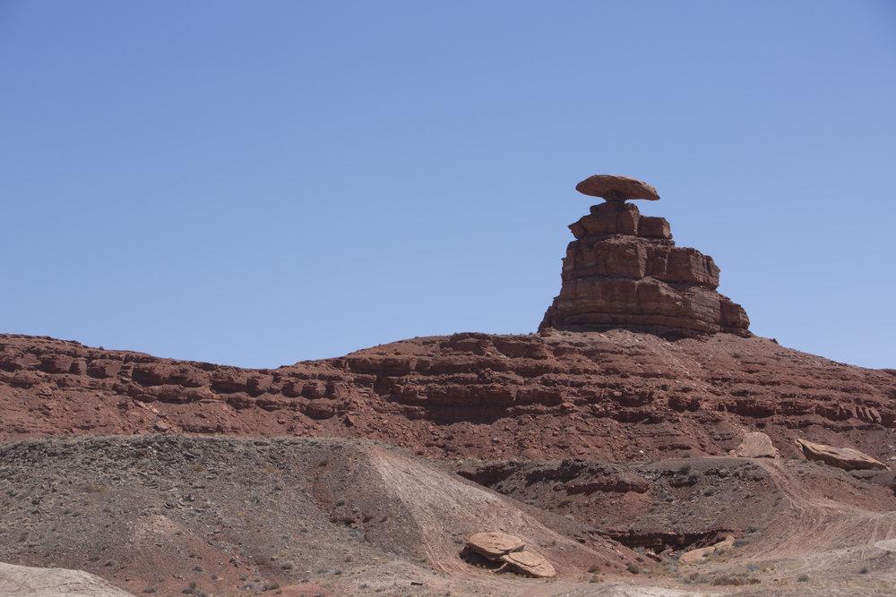 Ensimmäinen kunnun nähtävyys on Mexican Hat. Valtava kivi tasapainoilee vuoren huipulla.