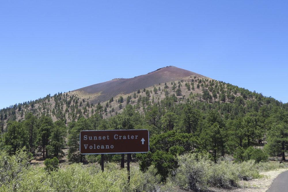 Matkalta poikkean Sunset Cratererissa. Aikoinaan purkautuneen tulivuoren upeat laavavirrat peittävät suuria alueita.