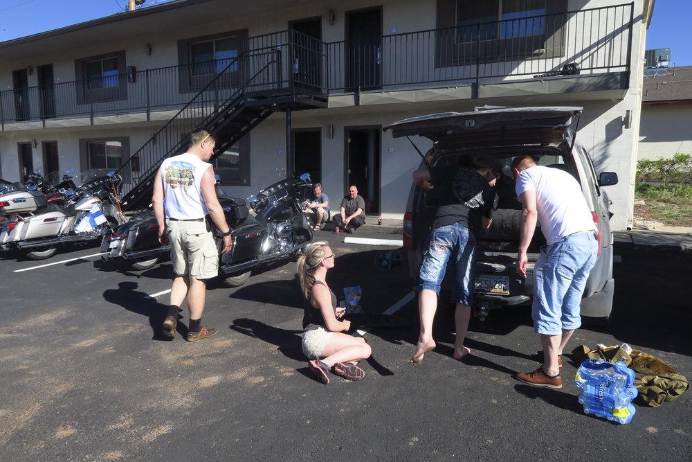 Ja koska päivä oli lyhyt niin vaihdetaan hotellilla neidin autoon ajankuluksi ehyt takarengas.